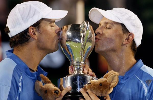 Bracia Bryanowie z trofeum /AFP
