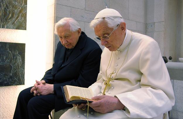 Bracia podczas modlitwy /AFP