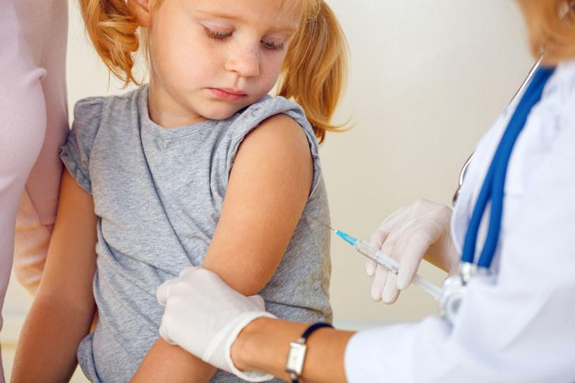 """Brak odpowiednich kroków na rzecz promocji szczepień w ostatnich latach doprowadził do """"szerzenia się teorii antynaukowych i obniżenia poziomu ochrony"""" /123RF/PICSEL"""