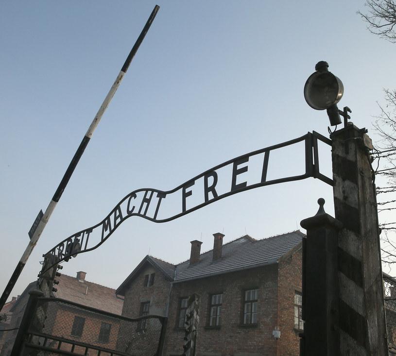 Brama byłego obozu Auschwitz /Damian Klamka /East News