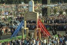 Brama Miłosierdzia z Campus Misericordiae stanie przy dzwonnicy