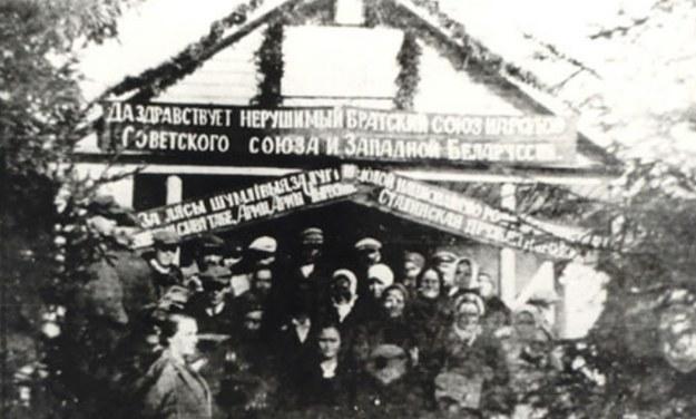 """""""Brama powitalna"""" na przyjęcie Armii Czerwonej zbudowana we wsi Grudziewicze /materiały prasowe"""