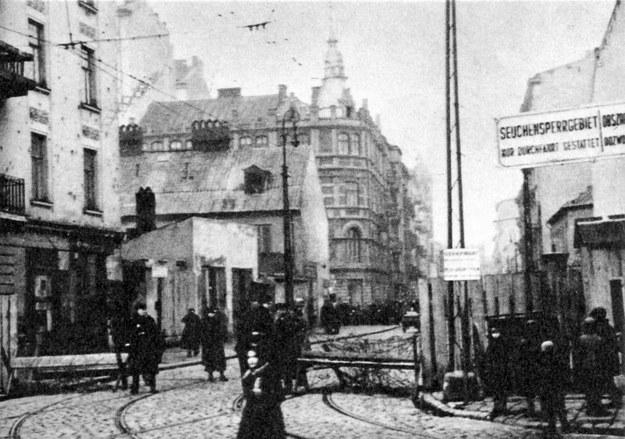 Brama wjazdowa do getta warszawskiego, lata 40. (repordukcja) /East News