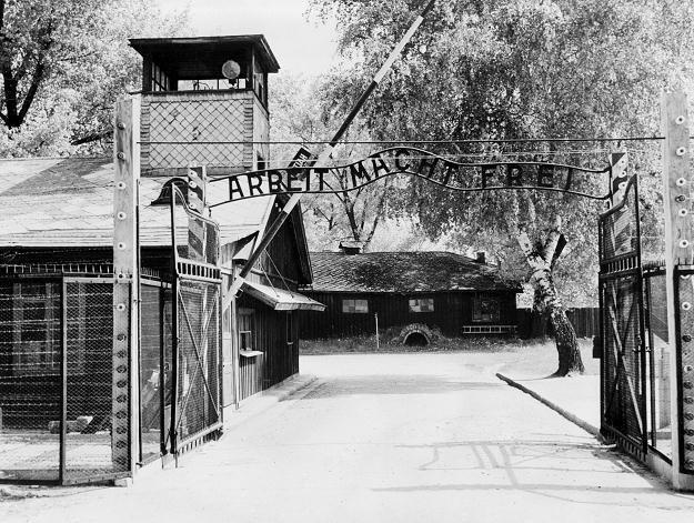 Brama wjazdowa do obozu, 1945 rok /AFP