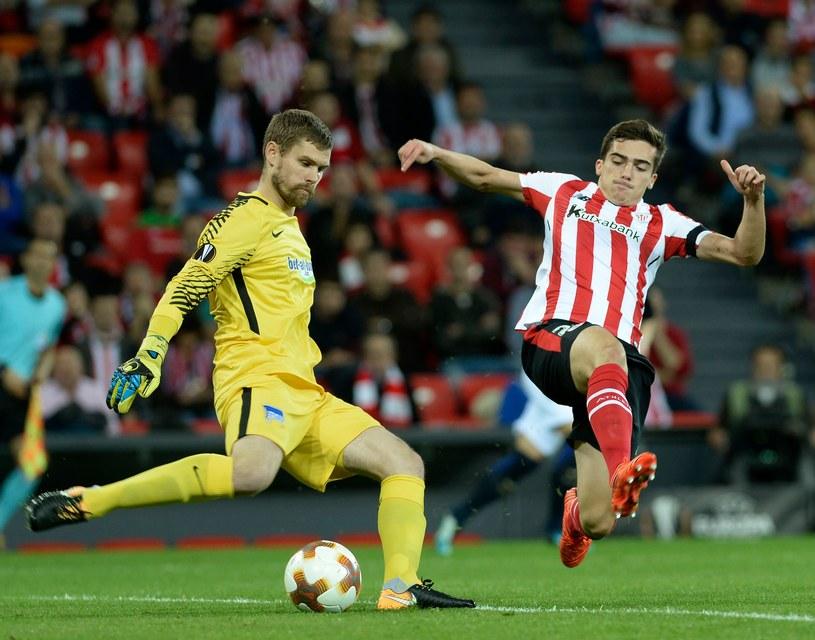 Bramkarz Herthy - Thomas Kraft atakowany przez piłkarza Athleticu - Inigo Cordobę /AFP