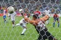 Bramkarz Paragwaju Tavarelli nie dał rady obronić strzału Fortune'a z karnego w ostatniej minucie