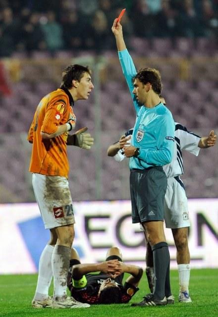 Bramkarz Timisoary - Costel Pantilimon dostaje czerwoną kartkę. /AFP