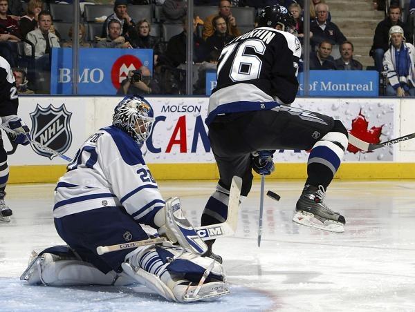 Bramkarz Toronto Maple Leafs Ed Belfour pięć razy wyciągał krążek z siatki w meczu z Capitals /AFP