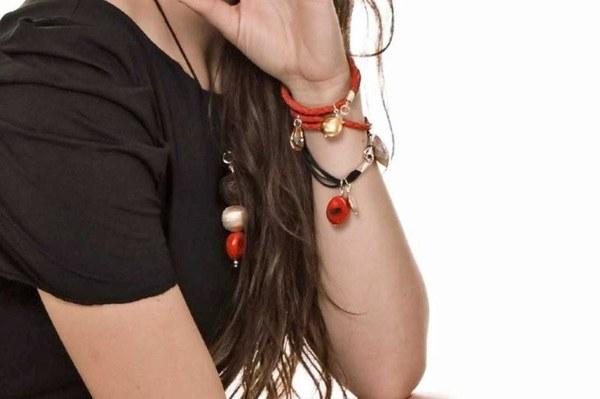Bransoletki z rzemienia skórzanego plecionego, idealne do letnich stylizacji w marynistycznym stylu. Nadają się zarówno do ubrań sportowych, jak i biurowych stylizacji. Znajdziesz na www.marasimsim.pl