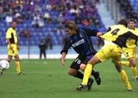 Brasov - Inter 0:3. Strzelec dwóch goli Ventola (z lewej) w walce z Moldovanem Mihailem