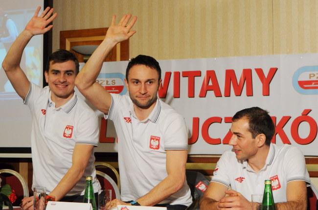 Brązowi medaliści w drużynie, od lewej: Jan Szymański, Konrad Niedźwiecki i Zbigniew Bródka /Grzegorz Jakubowski /PAP
