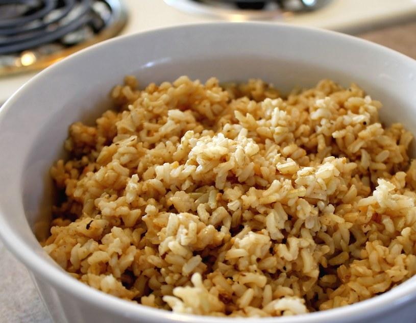 Brązowy ryż jest dużo zdrowszy od swojego jasnego odpowiednika /©123RF/PICSEL