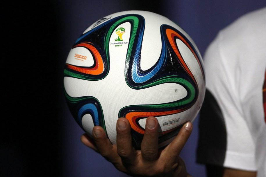 """""""Brazuca"""" - oficjalna piłka mistrzostw świata w Brazylii / Antonio Lacerda    /PAP/EPA"""