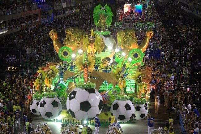 Brazylia uwielbia dobrą zabawę i futbol /PAP/EPA