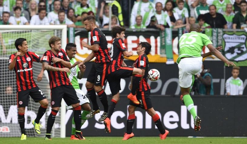 Brazylijczyk Naldo z VfL Wolfsburg strzela pięknego gola z rzutu wolnego /AFP