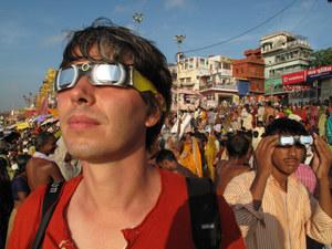 Brian Cox w Indiach podczas zaćmienia słońca /  /Discovery Science