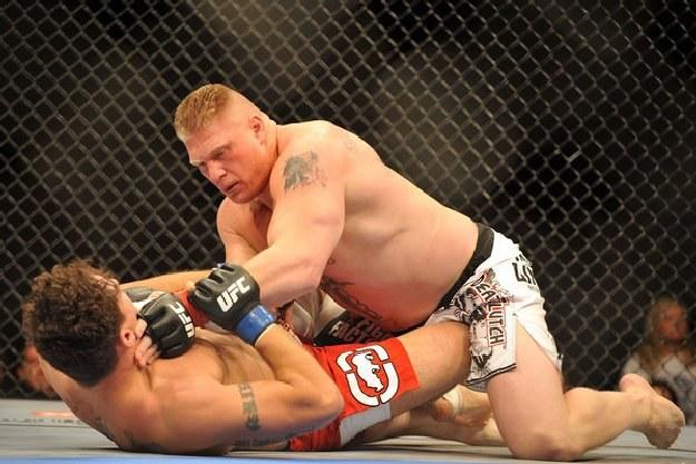 Brock Lesnar (z prawej) to aktualny mistrz UFC wagi ciężkiej /AFP
