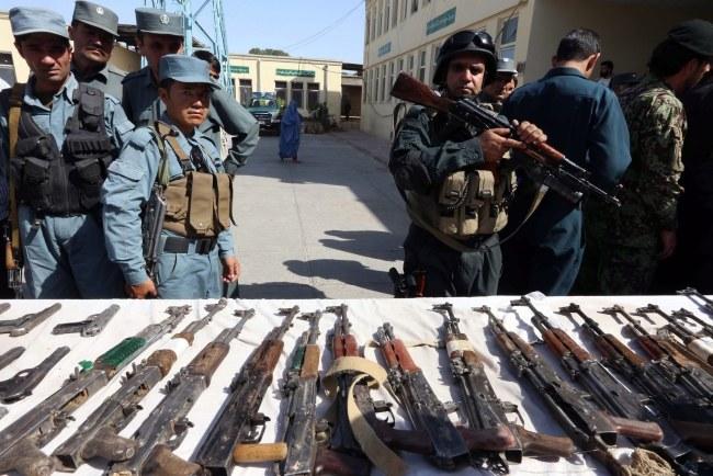 Broń zarekwirowana przez afgańskie siły bezpieczeństwa /JALIL REZAYEE    /PAP/EPA