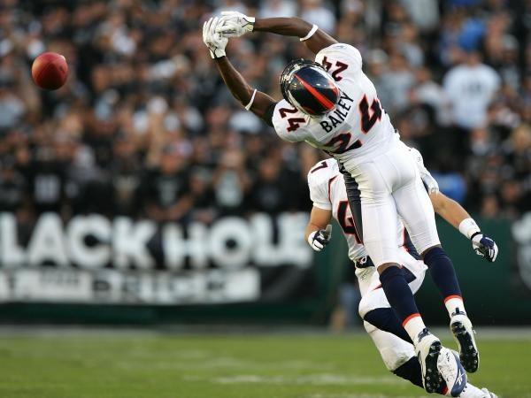 Broncos - Raiders 31-17. Champ Bailey próbuje złapać piłkę po zagraniu Kerry'ego Collinsa /AFP