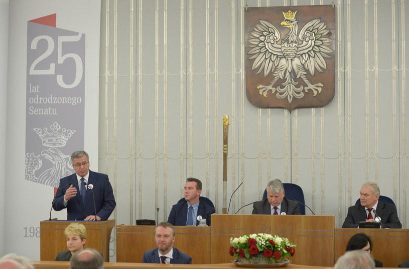 Bronisław Komorowski podczas uroczystego posiedzenia Senatu z okazji 25-lecia Odrodzonego Senatu /Radek Pietruszka /PAP