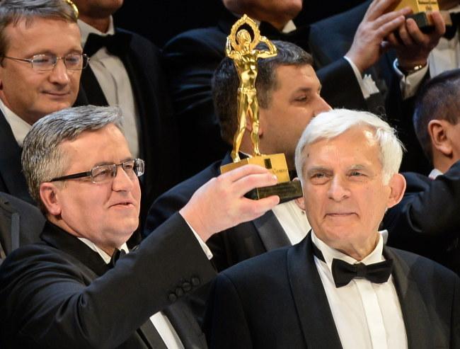 Bronisław Komorowski ze Złotą Statuetką, z prawej prof. Jerzy Buzek /Jakub Kamiński   /PAP