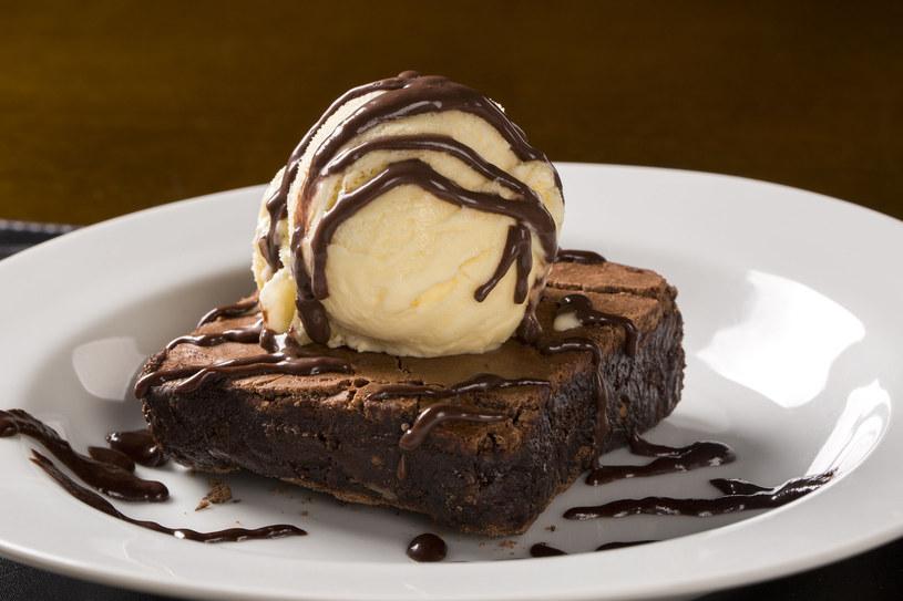 Brownie z lodami /123RF/PICSEL