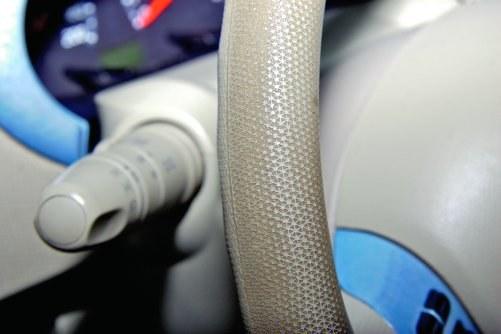 Brud na kierownicy – prawie wszystkie Micry K12 mają brudną kierownicę. To wina tworzywa, które trudno się czyści. /Motor