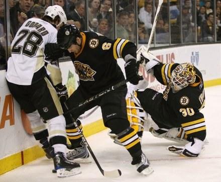 """Bruins przycisnęli """"Pingwiny"""" do muru i oskubali z punktów /AFP"""