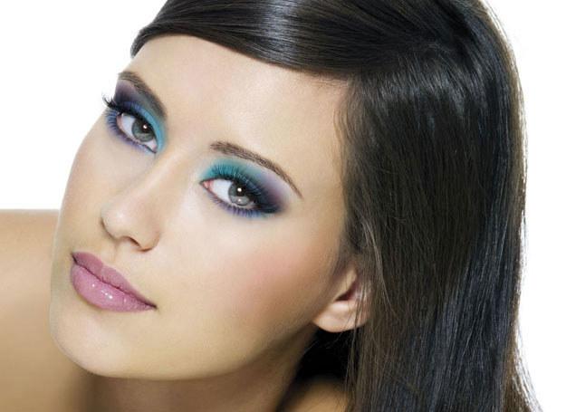 Brunetki mogą sobie pozwolić na duża swobodę w makijażu /INTERIA.PL/materiały prasowe