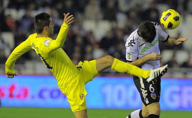 Bruno Soriano w walce o piłkę z Davidem Albeldą. Gdyby nie sprzeciw władz Villarrealu, w przyszłym sezonie walczyliby o miejsce w składzie /- /AFP