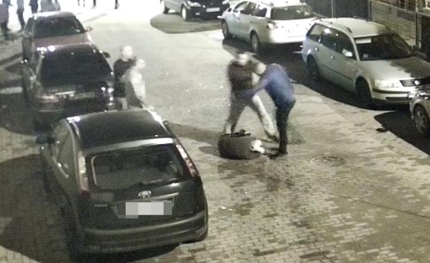 """Brutalne pobicie mężczyzny w Płońsku. """"Żadnej policji, to są nasze sprawy"""""""