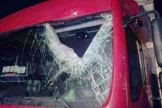 Bryła lodu rozbiła szybę. Kierowca zginął. Fot. Straż pożarna /