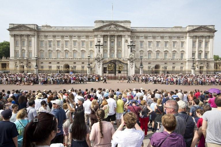 Brytyjczycy gromadzą się przed Pałacem Buckingham /AFP