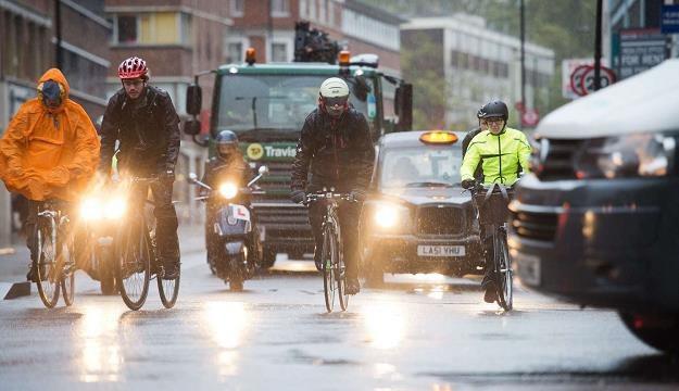 Brytyjczyków od rowerów nie odstrasza nawet zła pogoda /AFP