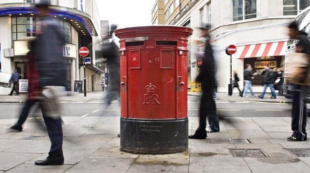 Brytyjscy listonosze doręczają pocztę na różne sposoby: pieszo, samochodem albo rowerem /AFP