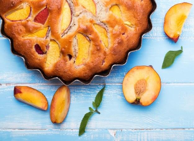Brzoskwinia wdzięcznie prezentuje się w ciastach i deserach. /©123RF/PICSEL