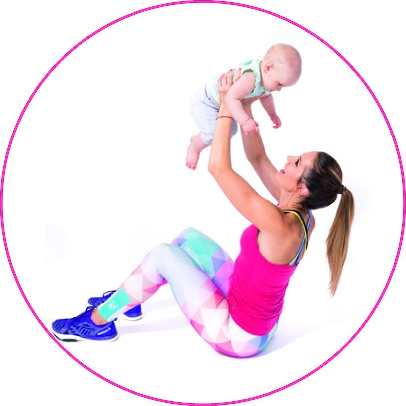 Brzuszki z unoszeniem dziecka do góry, fot. Pixel Heart Aleksandra Klimek-Lipnicka /materiały prasowe