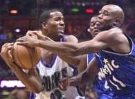 Bucks - Magic 90:100. Michael Redd  (z lewej) walczy o piłkę z Jacque Vaughan