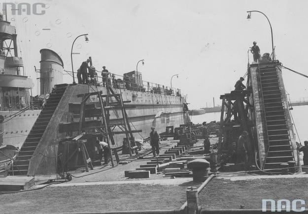 Budowa pływającego doku (o nośności 500 ton) warsztatów Marynarki Wojennej w Gdyni /Z archiwum Narodowego Archiwum Cyfrowego
