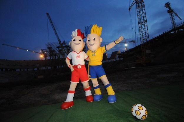 Budowany stadion we Lwowie razem z maskotkami imprezy /AFP