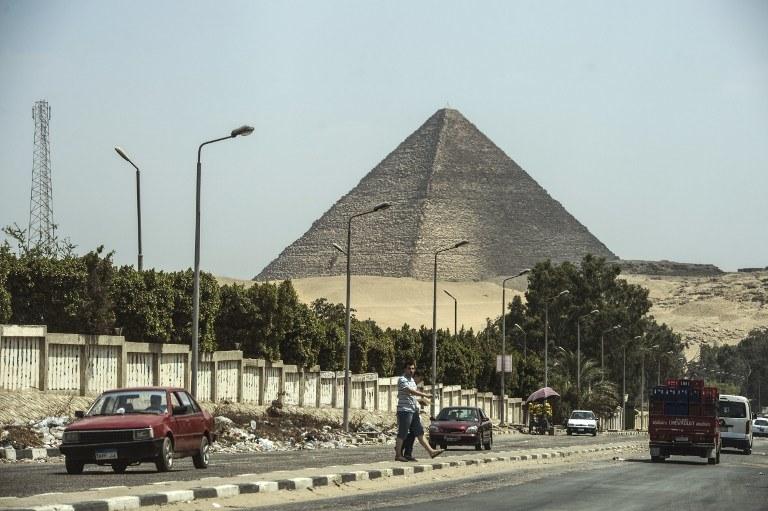 Budowę piramidy ukończono w 2560 p.n.e. Starożytna budowla ma obecnie 138,75 metrów wysokości /AFP