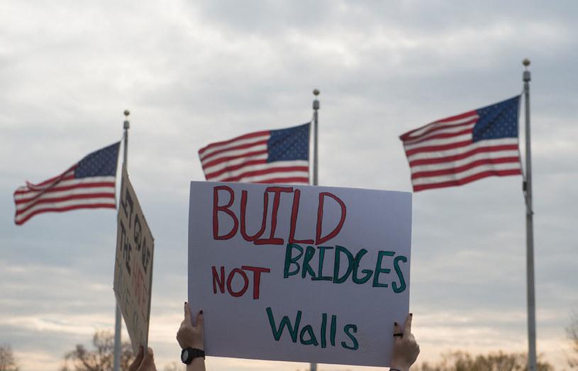 """""""Budujmy mosty, a nie mury"""" /AFP"""