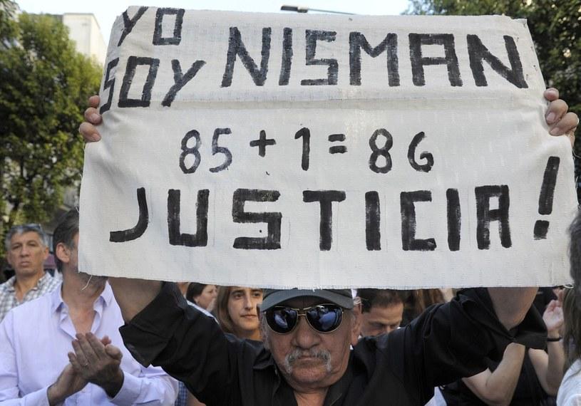"""Buenos Aires, demonstranci potępiający śmierć prokuratora, na transparencie: """"Jestem Nisman"""", """"Sprawiedliwości!"""", zdj. z 21. 01. 2015 /AFP /East News"""