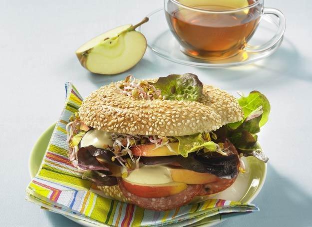 Bułeczka sezamowa z salami, jabłkiem i kremem musztardowym /
