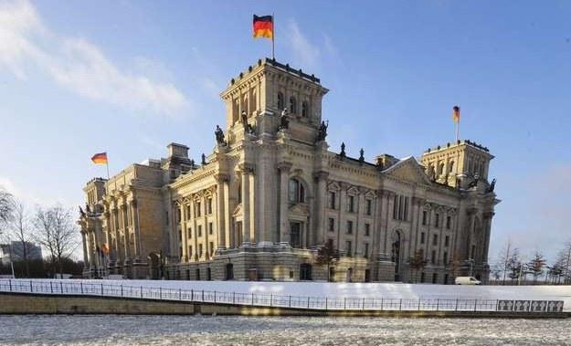 Bundestag mieści się w historycznym budynku Reichstagu /AFP