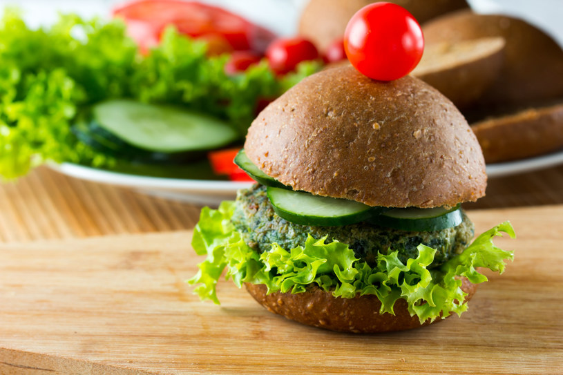 Burger szpinakowy /123RF/PICSEL