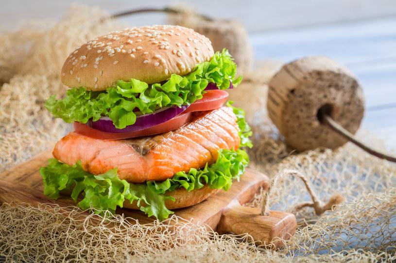 Burger z łososiem /©123RF/PICSEL