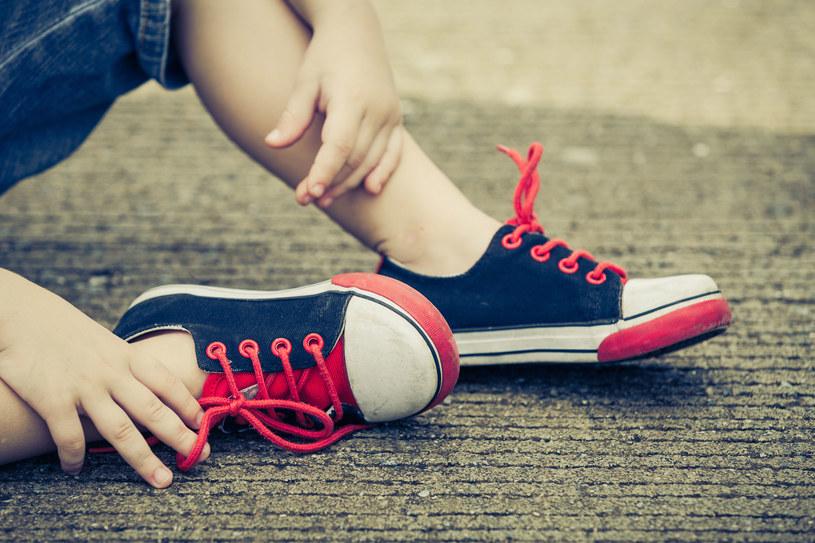 But powinien trzymać stopę ale nie uciskać /©123RF/PICSEL