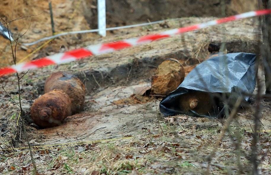 Butle na gaz bojowy, prawdopodobnie pochodzące z czasów I wojny światowej znaleziono na terenie Fortu Chrzanów / Tomasz Gzell    /PAP