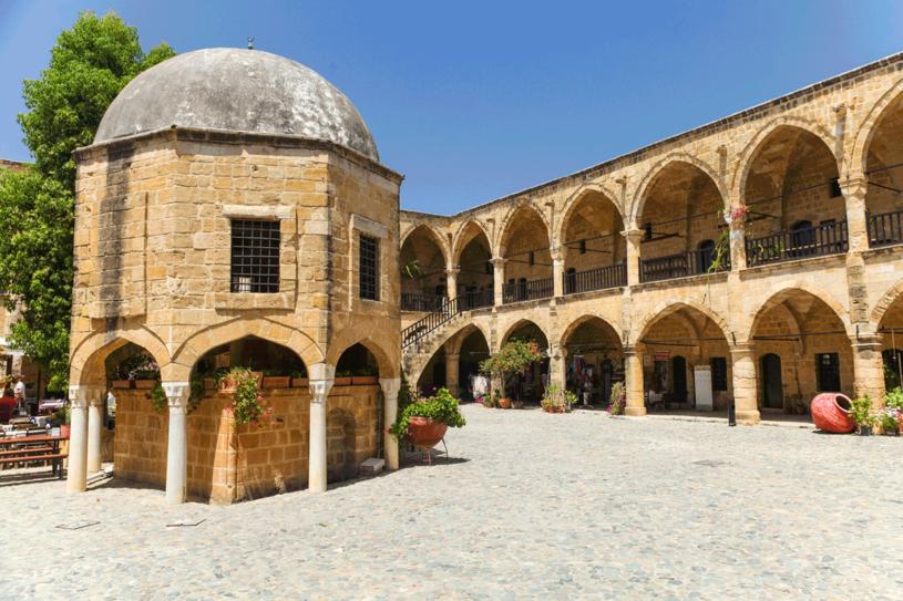 Buyuk Han.  To wspaniały przykład XVI-wiecznego budownictwa osmańskiego. Dziś można wypić tu kawę po turecku i spróbować chałwy wtutejszych kawiarniach. /©123RF/PICSEL